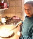 Eszti felszeli a pitét